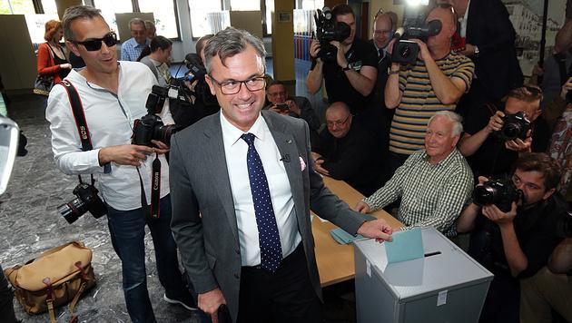 Nobert Hofer bei der Stimmabgabe in Pinkafeld (Bild: Peter Tomschi)