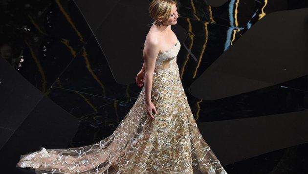 US-Schauspielerin Kirsten Dunst, die 2016 in der Jury des Filmfestivals war, kommt auf die Bühne. (Bild: AFP)