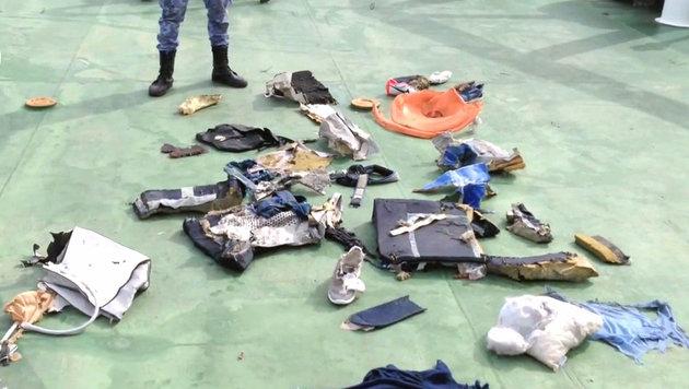 Im Mittelmeer gefundene Gegenstände aus der abgestürzten Maschine (Bild: APA/AFP/Egyptian military spokesperson's Facebook page)