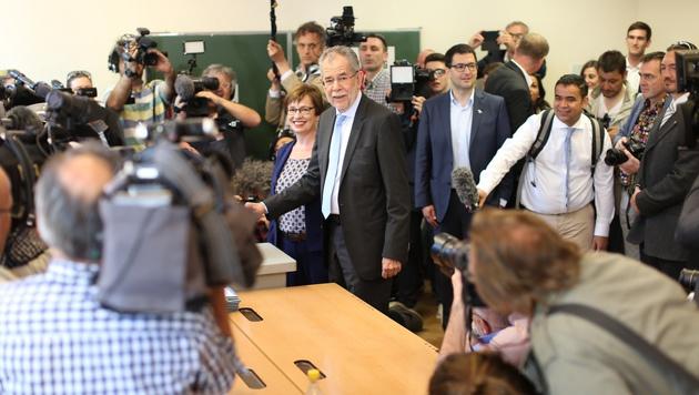 Der Professor bei der Stimmabgabe in der Amerlingstraße (Bild: Gerhard Bartel)