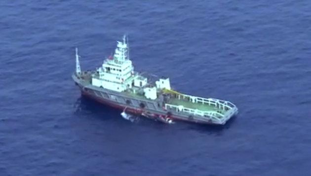 Mit Schiffen werden Wrackteile aus dem Meer geborgen. (Bild: Egyptian Armed Forces)