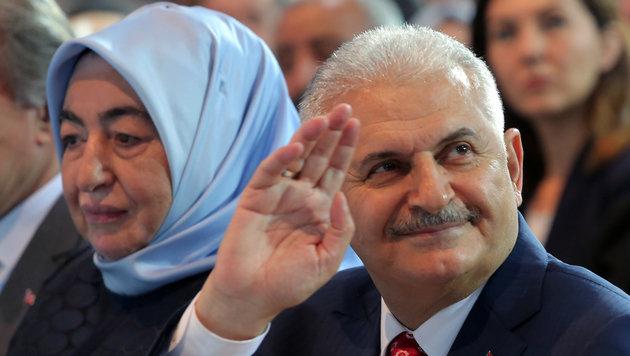 Binali Yildirim mit Ehefrau Semiha während des Sonderparteitags in Ankara (Bild: ASSOCIATED PRESS)