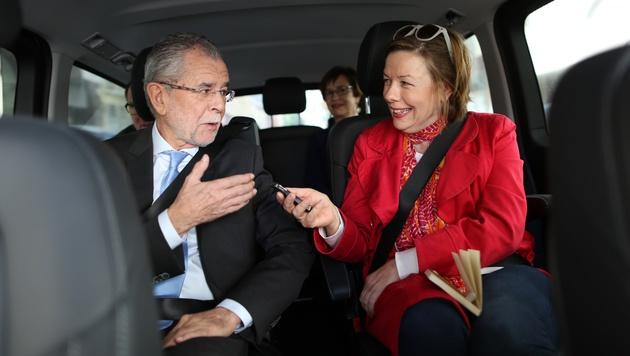 """Alexander Van der Bellen mit """"Krone""""-Journalistin Conny Bischofberger auf dem Weg zur Stimmabgabe (Bild: Gerhard Bartel)"""