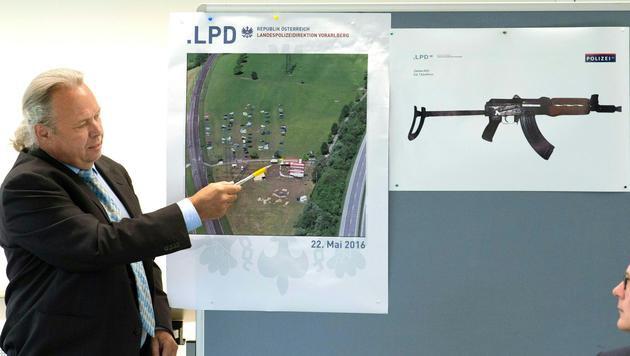 Chefinspektor Norbert Schwendinger zeigt den Tathergang. (Bild: APA/REPRO/DIETMAR STIPLOVSEK)