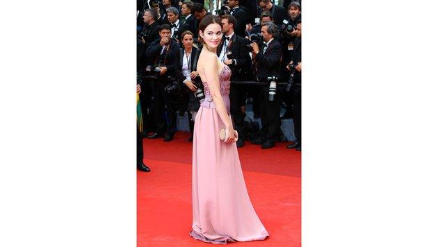 Die deutsche Schauspielerin Emilia Schüle (23) trug eine Kreation von Marina Hörmanseder. (Bild: Viennareport)