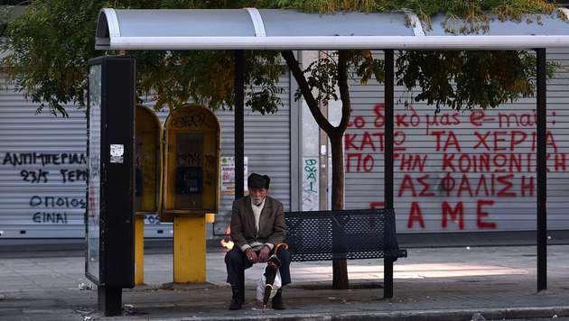 Griechen müssen Gürtel noch enger schnallen (Bild: APA/AFP/LOUISA GOULIAMAKI)