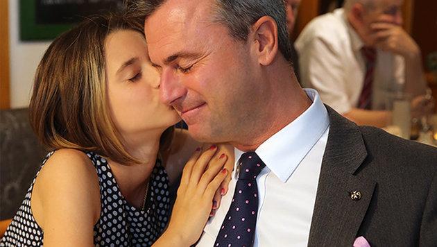 Hofer am Wahlsonntag mit seiner Tochter (Bild: Peter Tomschi)