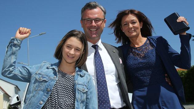Norbert Hofer mit Tochter Anna-Sophie und Ehefrau Verena (Bild: Peter Tomschi)