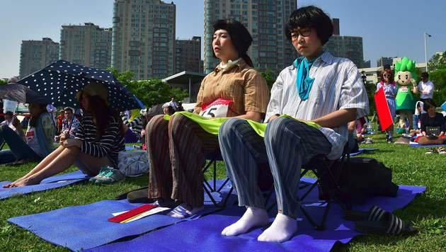 Wer entspannt ohne Smartphone am besten? (Bild: APA/AFP/JUNG YEON-JE)
