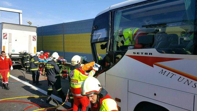 Die Rettungskräfte bei der Bergung des Buslenkers (Bild: APA/FF ST. PÖLTEN)