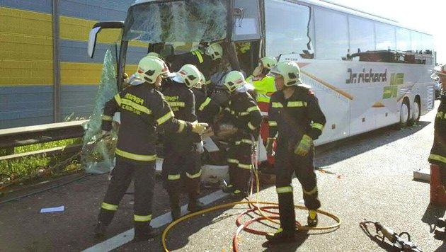 Der Reisebus wurde schwer beschädigt. (Bild: APA/FF ST. P…LTEN)