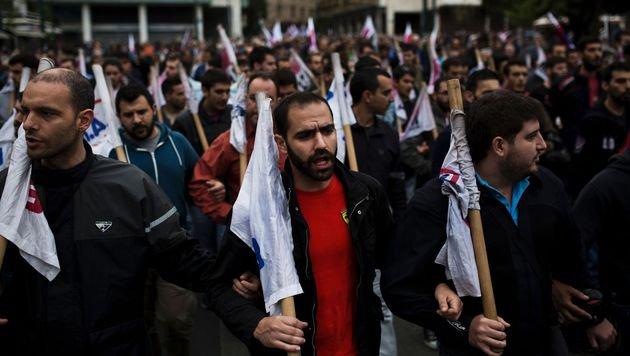 Ihr Protest hat nichts gebracht, das Sparprogramm wurde durch das Parlament gepeitscht. (Bild: APA/AFP/ANGELOS TZORTZINIS)