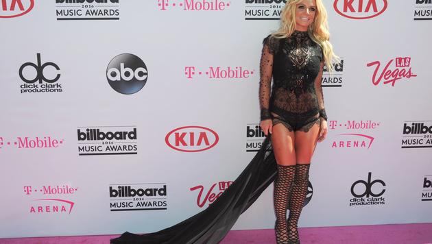 Schon Britney Spears Outfit für den roten Teppich war ein echter Hingucker. (Bild: Richard Shotwell/Invision/AP)