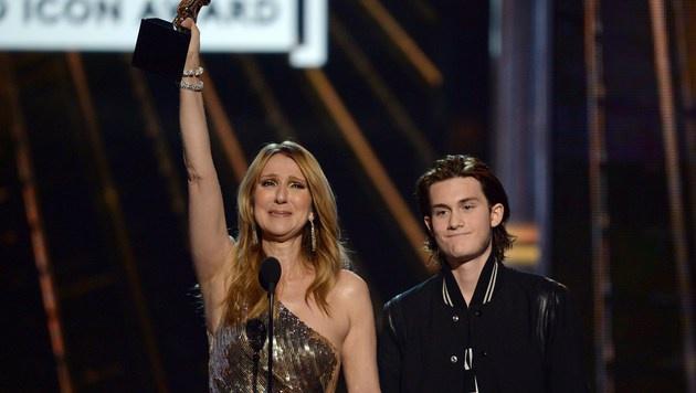 Celine Dion brach auf der Bühne in Tränen aus. (Bild: APA/AFP/GETTY IMAGES/KEVIN WINTER)