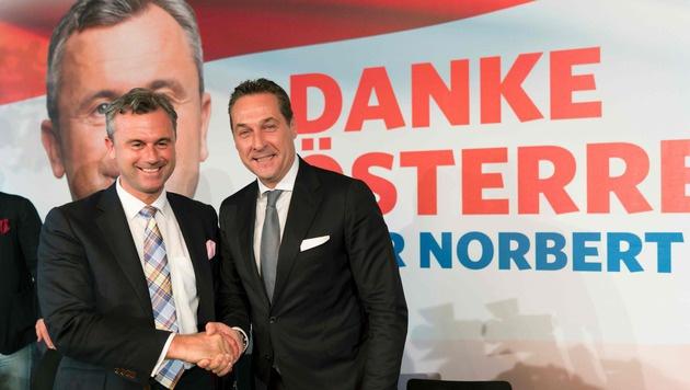 FPÖ-Kandidat Hofer und Parteichef Strache erreichten bei der Bundespräsidentenwahl knapp 50 Prozent. (Bild: APA/AFP/Joe Klamar)