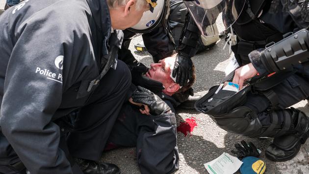 Ein Polizist wurde verletzt. (Bild: AP)