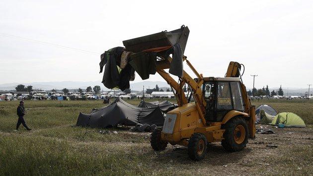 Bulldozer reißen bereits erste Unterkünfte nieder. (Bild: ASSOCIATED PRESS)