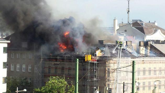 Dachbrand in Wien: Eckhaus am Gürtel in Flammen (Bild: Leserreporter Manfred Pfundtner)