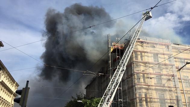 Dachbrand in Wien: Eckhaus am Gürtel in Flammen (Bild: Leserreporter Martin Juric)