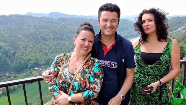 Anna Netrebko mit Piotr Beczaà142a und seiner Frau Kasia (Bild: facebook.com/annanetrebko)