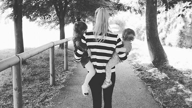Michelle Hunziker mit ihren kleinen Töchtern im Arm (Bild: Viennareport)