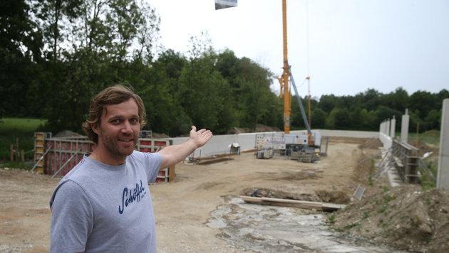 Markus Lukas auf seiner Baustelle. Bis September möchte er mit seinem Hühnerstall fertig sein. (Bild: Sepp Pail)