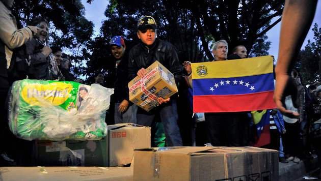 Die Opposition organisiert regelmäßig Verteilaktionen für die Armen. (Bild: APA/AFP/GUILLERMO LEGARIA)