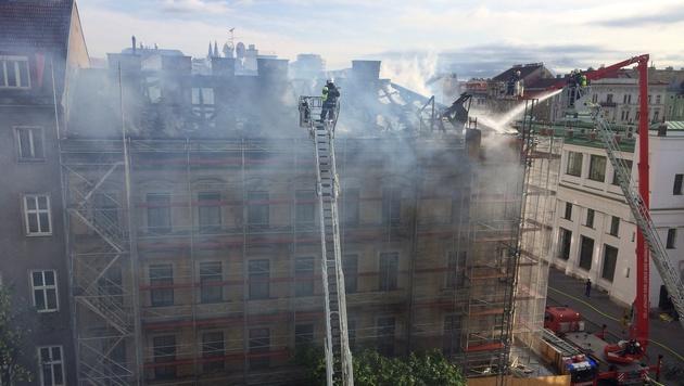 Dachbrand in Wien: Eckhaus am Gürtel in Flammen (Bild: Leserreporter Kruno Knezevic)