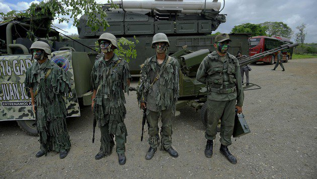 Milizangehörige während der Militärübung (Bild: APA/AFP/JUAN BARRETO)