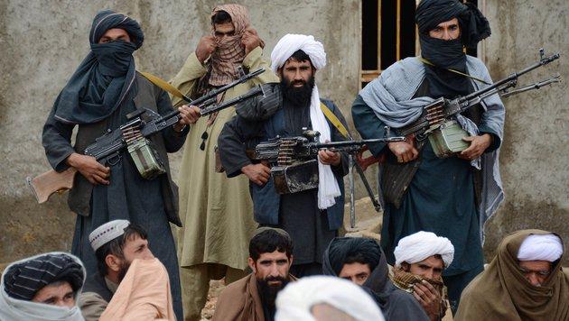 Afghanische Taliban-Kämpfer (Bild: AP)
