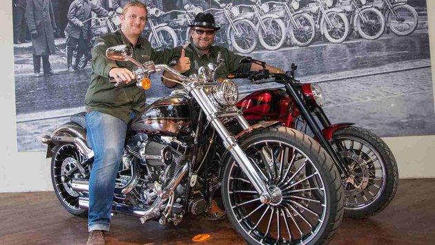 Reine Familiensache: Fischer mit seinem Sohn Johannes im Harley-Store in Wien. (Bild: Starpix/ Alexander TUMA)