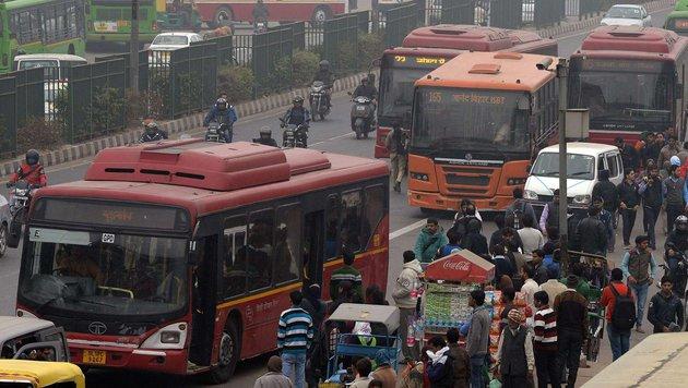 Indien: Öffentliche Busse müssen Panikknopf haben (Bild: APA/AFP/Prakasha Singh)