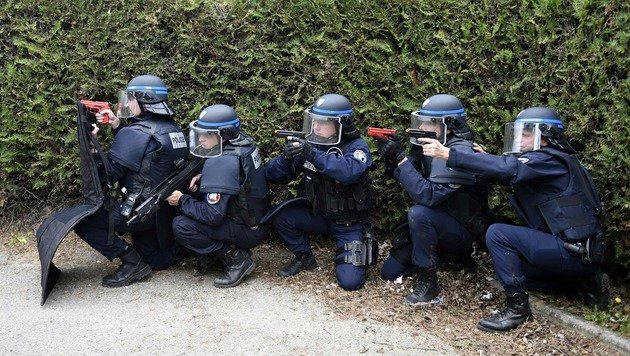 FRA-Innenminister versprach über 70.000 Polizisten (Bild: APA/AFP/PHILIPPE DESMAZES)