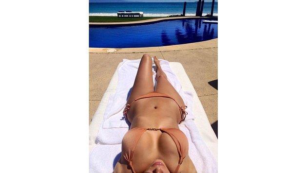 Kim Kardashian sonnt sich am Pool (Bild: Viennareport)