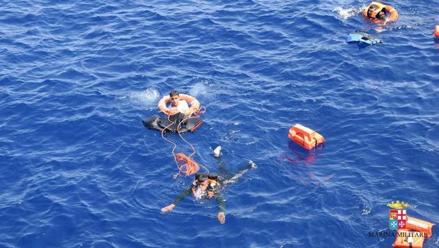 100 Tote bei Bootsunglück im Mittelmeer befürchtet (Bild: Associated Press)
