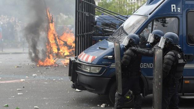Frankreich brennt - zwei Wochen vor der EURO! (Bild: APA/AFP/Alain Jocard)