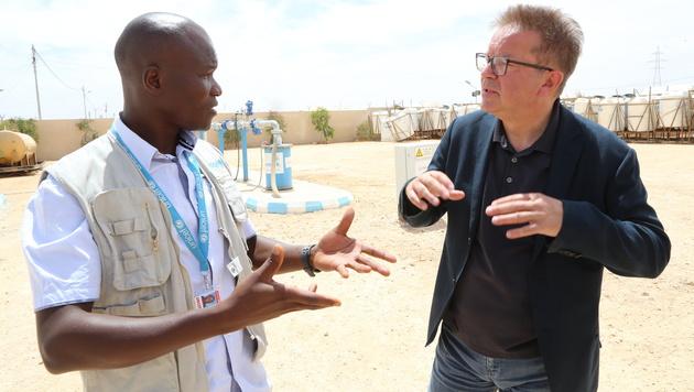Integrationslandesrat Anschober im Gespräch mit einem UNHCR-Experten in Jordanien (Bild: Christoph Matzl)