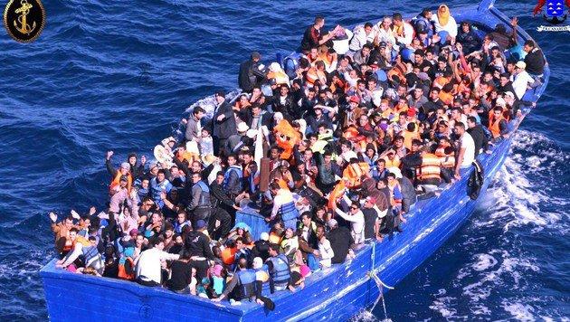 Neun Monate altes Kind auf Lampedusa eingetroffen (Bild: APA/AFP/HO)