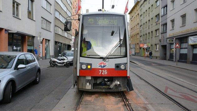 Die Front der Straßenbahn wurde beim Zusammenprall leicht beschädigt..., (Bild: LPD Wien)