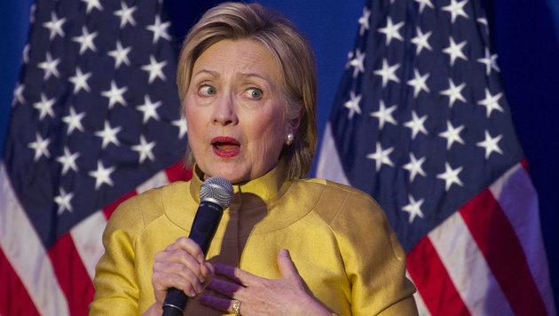 Hillary Clinton stürzt im Wahlkampf ab. (Bild: AP)