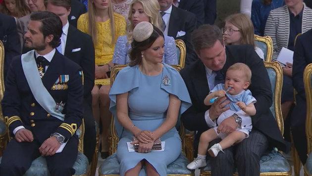 Prinz Nicolas im Schoß seines Vaters spielt offenbar mit einer Zahnbürste. (Bild: kungahuset.se)