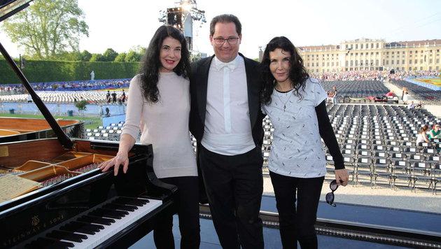Philharmoniker-Vorstand Andreas Großbauer mit seinen Stargästen Katia und Marielle Labèque (Bild: Starpix/ Alexander TUMA)