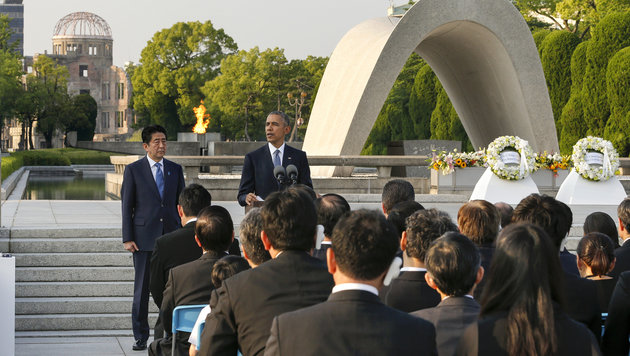 Obama mit Abe im Mai vor dem Friedensdenkmal in Hiroshima (Bild: ASSOCIATED PRESS)