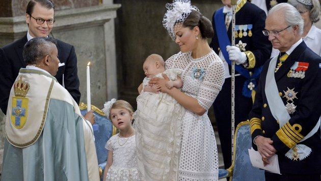 Prinz Oscar schläft während der Zeremonie mehrmals im Arm seiner Mama Victoria ein. (Bild: EPA)
