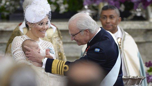 Großvater König Carl XVI. Gustaf streichelt dem Prinzen über das Köpfchen. (Bild: EPA)