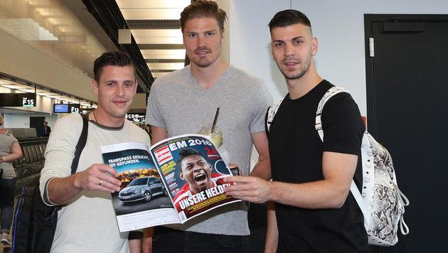 """Junuzovic, Prödl und Dragovic beim Schmökern im """"Krone""""-Euro-Journal (Bild: GEPA)"""
