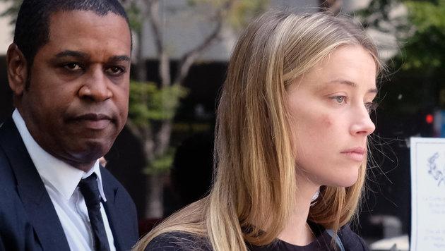 Amber (mit Verletzungen an der Wange und über dem Auge) vor dem Los Angeles Superior Court (Bild: Associated Press)