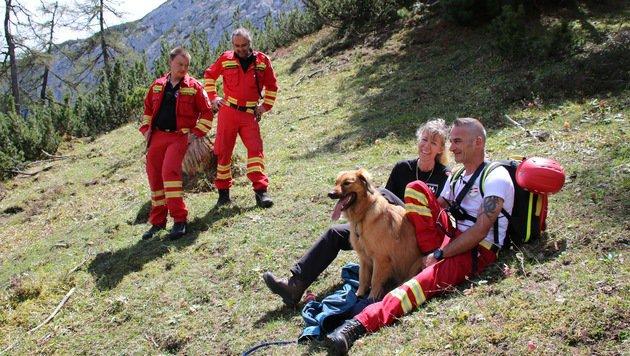 """Wencke Winterfeldt-Rudolph mit """"Quito"""" und Hundeführern: """"Danke für die spontane Hilfe!"""" (Bild: oerhb/Josef Khälß)"""