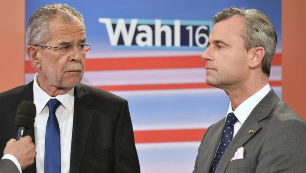 Van der Bellen (li.) setzte sich in der Hofburg-Stichwahl knapp gegen Hofer durch. (Bild: APA/Herbert Neubauer)