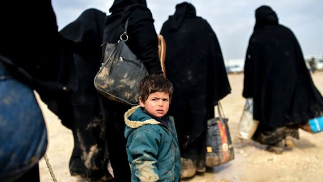 Zehntausende fliehen vor Angriffen des IS (Bild: APA/AFP/Bulent Kilic)